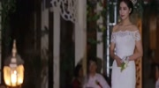 農村婚禮現場,新郎給新娘穿高跟鞋的動作很溫柔,太貼心了!