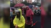 """岳云鵬穿雨衣接孩子放學,老婆在線辟謠,這次""""撞臉""""真服了"""