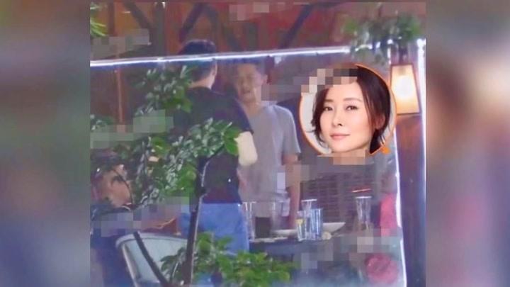47歲柯藍與黃志忠現身飯店手扶后腰挺大肚疑似有孕