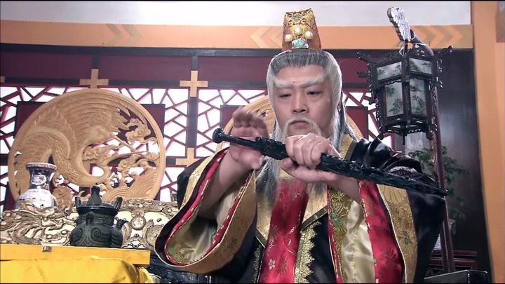 包青天:皇上將神劍賜予定國公,定國公樂壞了,轉身就送給展昭