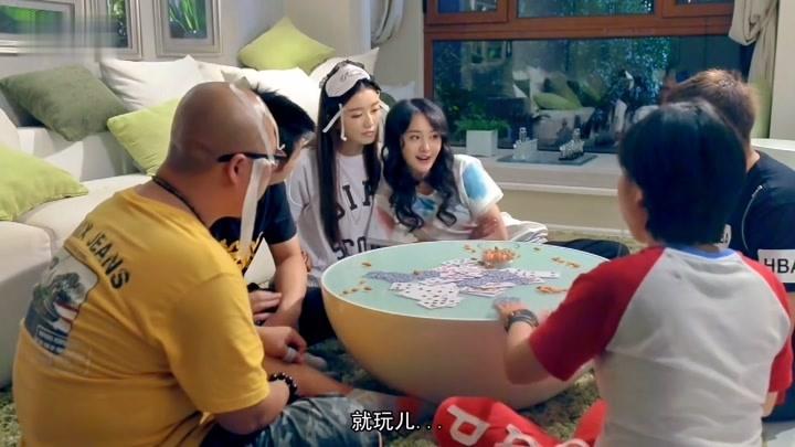 【極品女士】鄭爽于莎莎玩撲克沒意思改玩枕頭大戰,這游戲有意思